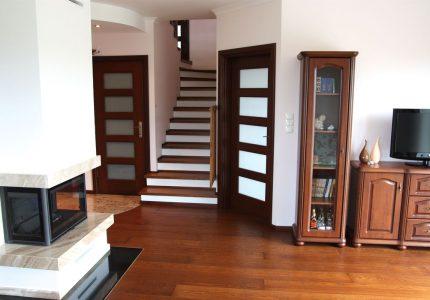 Poznaj 3 ulubione style wnętrzarskie Polaków z dostosowanymi do nich aranżacjami schodów